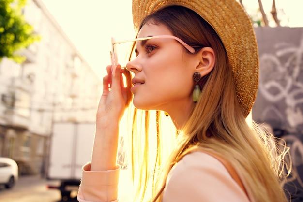 美しい女性の街歩き楽しいファッション新鮮な空気モデル