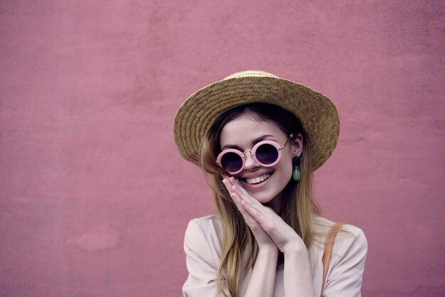 美しい女性の街を歩く楽しいファッション新鮮な空気ピンクの壁のライフスタイル