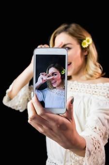 美しい女性の携帯電話から写真をクリック