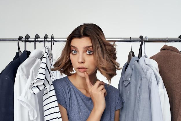 아름 다운 여자 옷 걸이 쇼핑 재미 라이프 스타일입니다. 고품질 사진