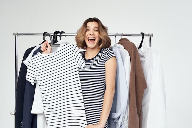 Красивая женщина вешалка для одежды покупки светлый фон