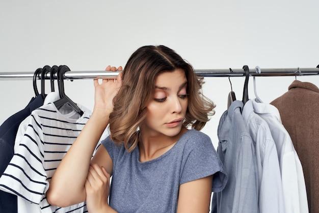 Красивая женщина магазин одежды покупатель продажа изолированный фон