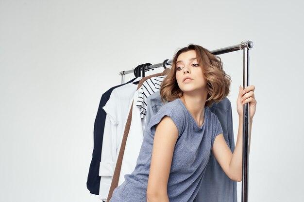 Красивая женщина магазин одежды покупатель продажа светлый фон