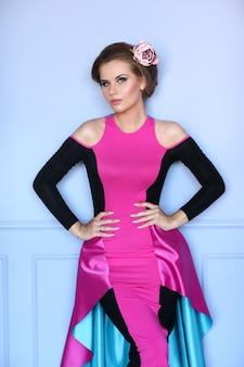 Bella donna in abito colorato