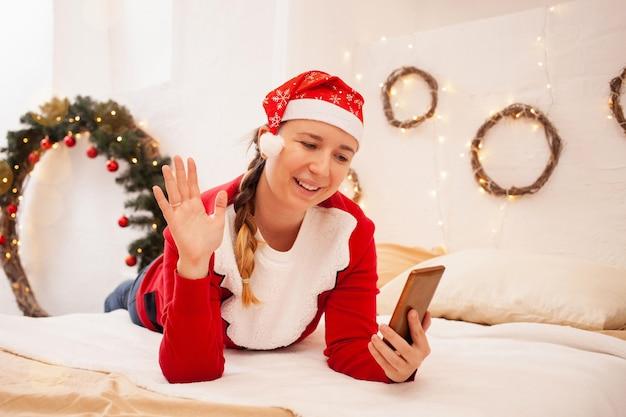아름다운 여자는 온라인 크리스마스에 그녀의 가족을 축하합니다.