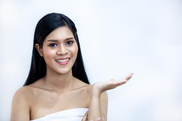 美しい女性の化粧品ナチュラルメイク肌美容モデル顔、美容スキンケアコンセプトに触れる手