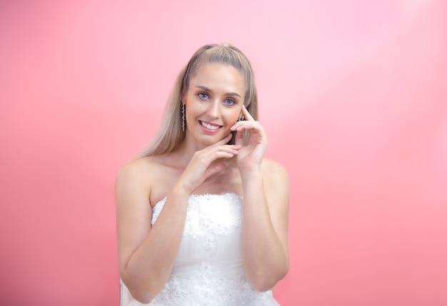 美しい女性の化粧品ナチュラルメイクアップ肌に触れる手美容モデル