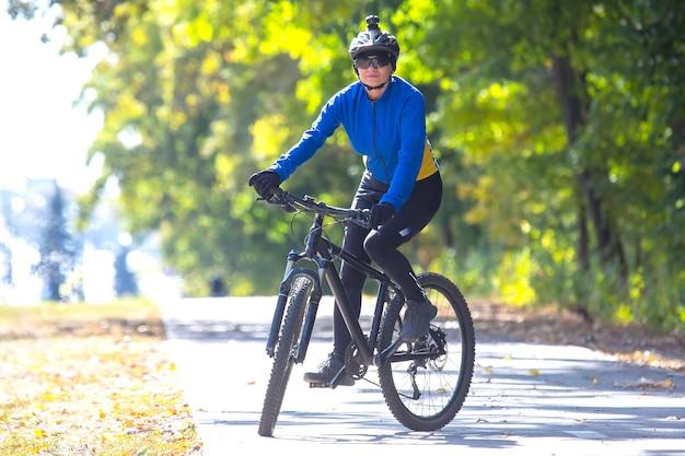 아름 다운 여자 사이클 자전거를 탄다. 건강한 라이프 스타일과 스포츠. 여가와 취미