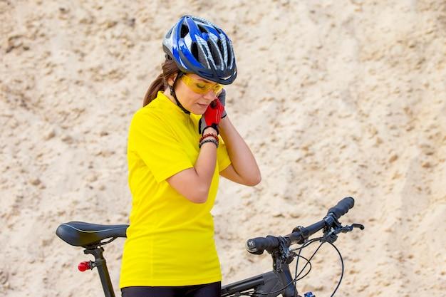 성격에 자전거와 함께 아름 다운 여자 사이클. 건강한 라이프 스타일과 스포츠. 여가와 취미