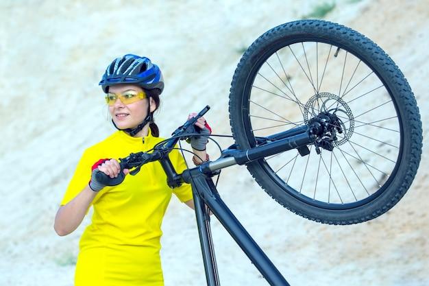 에 대 한 자전거와 함께 아름 다운 여자 사이클은 샌즈의. 스포츠 및 레크리에이션.