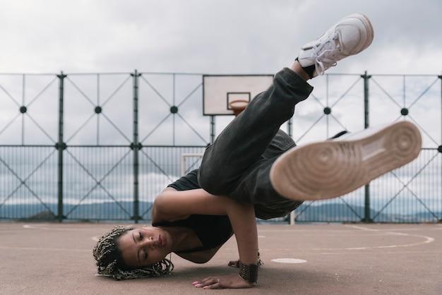 농구 코트에서 힙합 댄스 아름 다운 여자입니다. 힙합 개념.