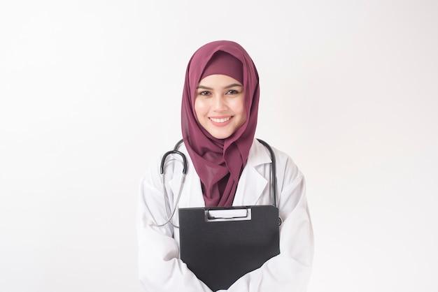 白い背景の上のヒジャーブの肖像画を持つ美しい女性医師