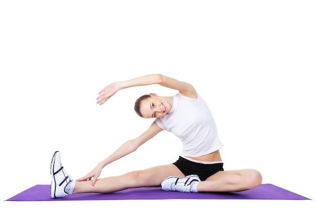 Bella donna che fa esercizi aerobici - isolati su bianco