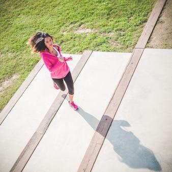 Красивая женщина делает пробежку на открытом воздухе