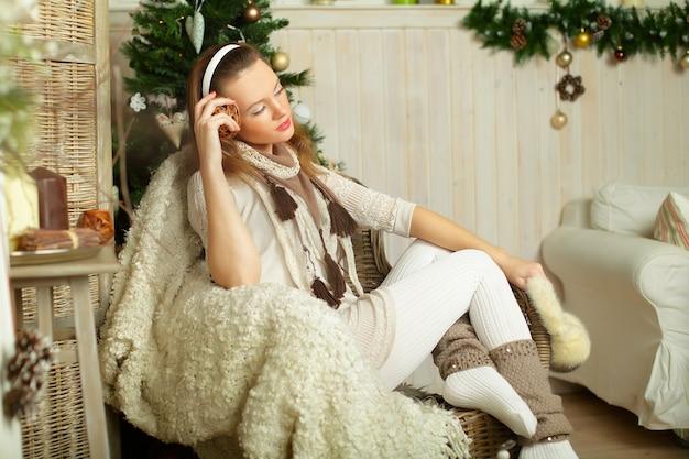 Красивая женщина мечтает, зимний праздник