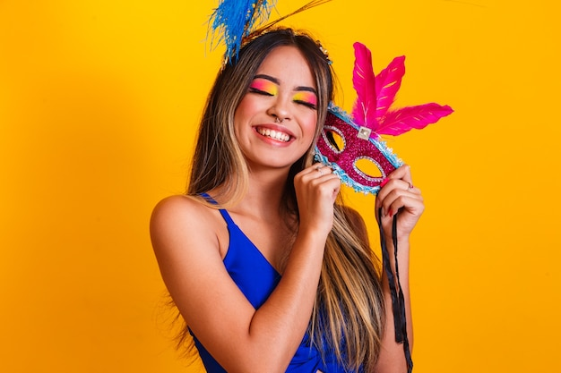 Beautiful woman dressed for the carnival night. smiling woman ready to enjoy the carnival with mask