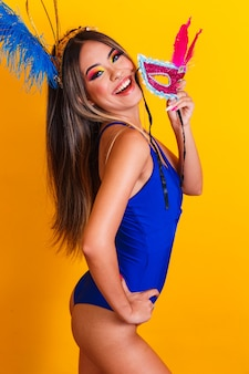 카니발 밤에 아름 다운 여자 옷. 마스크와 카니발을 즐길 준비가 웃는 여자