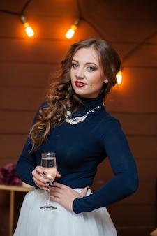 Красивая женщина пьет шампанское