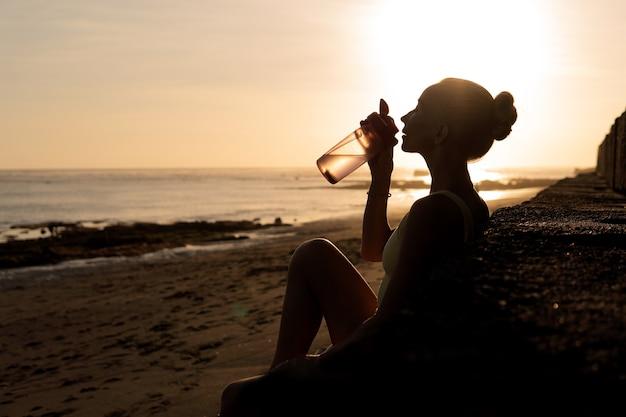 Красивая женщина питьевой воды. бали