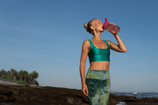 Красивая женщина питьевой воды