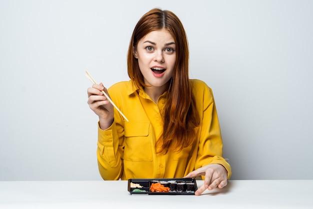 寿司を食べて美しい女性