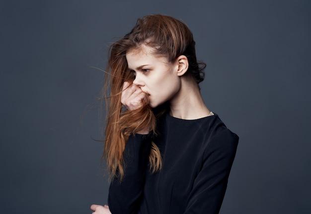 美しい女性のエレガントなスタイルのヘアスタイルモデルのトリミングされたビュー。高品質の写真