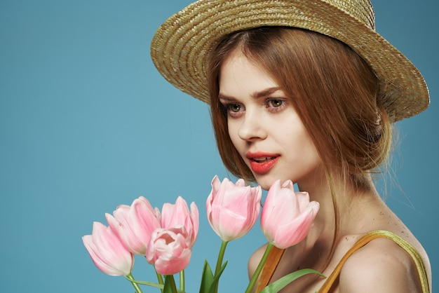 花の美しい女性のエレガントなスタイルの帽子のクローズアップ花束