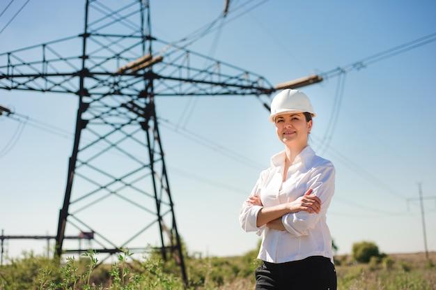전기 변전소에서 아름 다운 여자 엔지니어 작업.