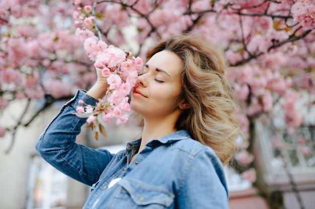 デイジーフィールド、花の草原に横たわっている素敵な女性、屋外でリラックスしたかわいい女の子、楽しんで、植物、幸せな若い女性と春の緑の自然、調和の概念を楽しんでいる美しい女性
