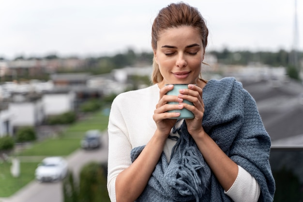 Bella donna che si gode una tazza di caffè