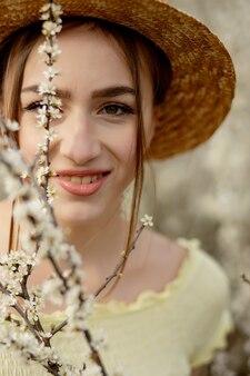 Красивая женщина, наслаждаясь природой