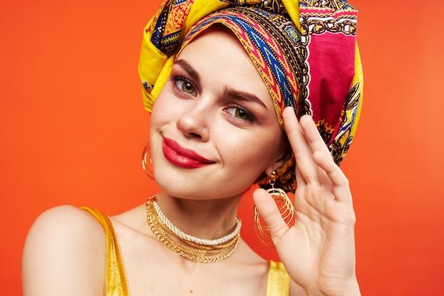 美しい女性の民族性色とりどりのスカーフメイクグラマースタジオモデル