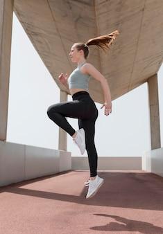 Красивая женщина, упражнения на открытом воздухе