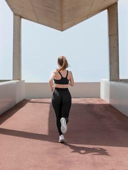 야외에서 운동하는 아름 다운 여자