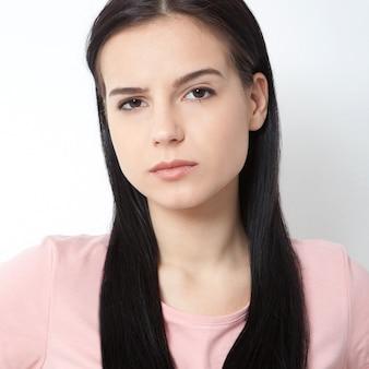 아름 다운 여자 얼굴 화이트에 세로 젊은 스튜디오를 닫습니다.