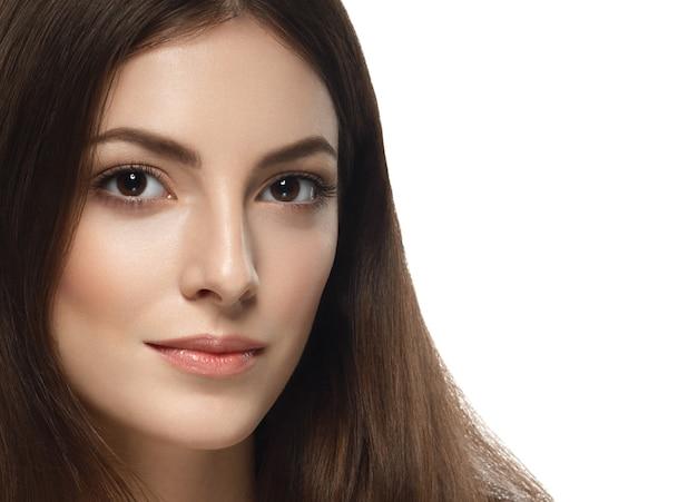 아름 다운 여자 얼굴 초상화 젊은 스튜디오 완벽 한 메이크업을 닫습니다. 화이트에 격리. 스튜디오 촬영.