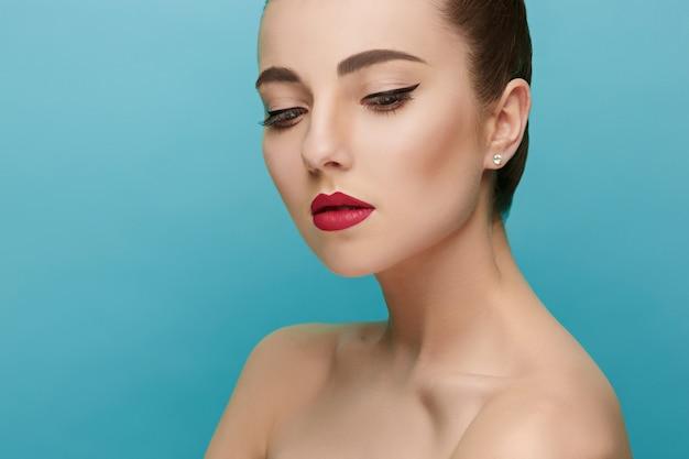 美しい女性の顔。完璧なメイク。美容ファッション