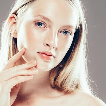 아름 다운 여자 얼굴 초상화 뷰티 스킨 케어 concept.with 손 회색 배경 위에 아름 다운 머리를 가진 패션 뷰티 모델입니다. 스튜디오 촬영.