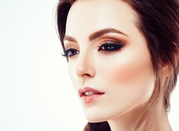Красивая женщина лицо портрет крупным планом с вьющимися волосами, изолированными на белом