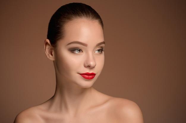 美しい女性の顔の肖像画をクローズアップ