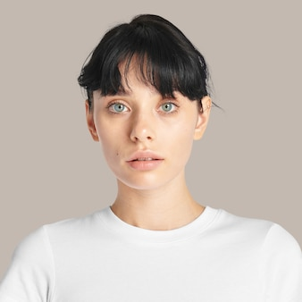 갈색 바탕에 아름 다운 여자 얼굴 초상화