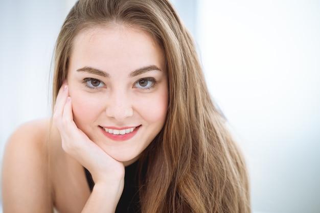 하얀 치아를 미소 아름 다운 여자 얼굴