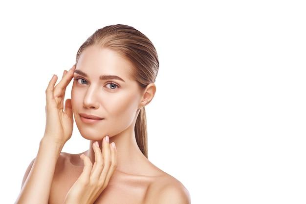 Красивое лицо женщины с фото студии конца-вверх рук на белой предпосылке. светлые волосы, серые глаза