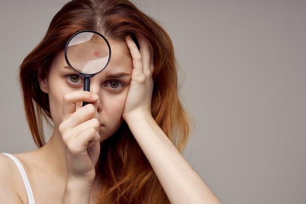 美しい女性の顔の皮膚の問題皮膚科明るい背景