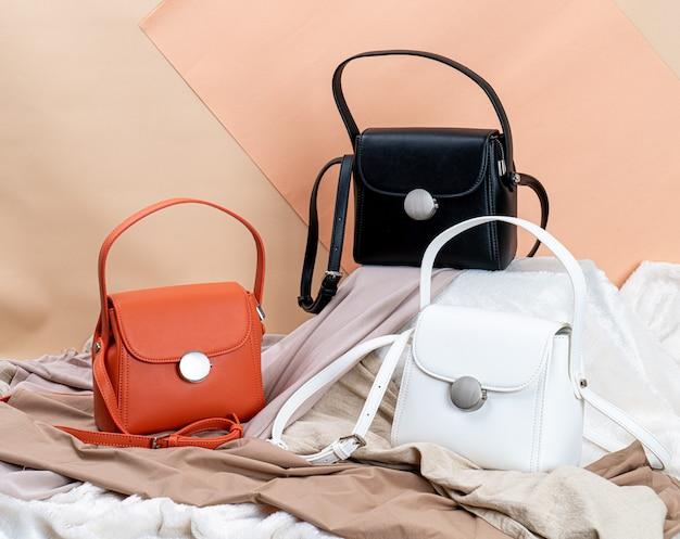 Красивая женщина модная сумка