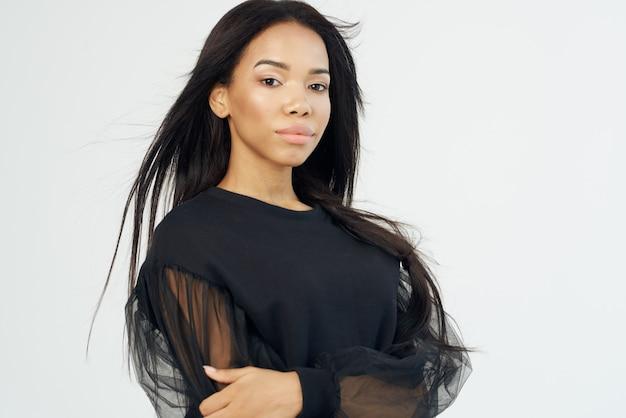 아름 다운 여자 패션 헤어스타일 포즈 고립 된 배경
