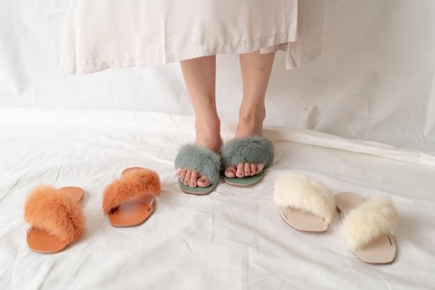 Красивая женщина модная обувь или сандалии