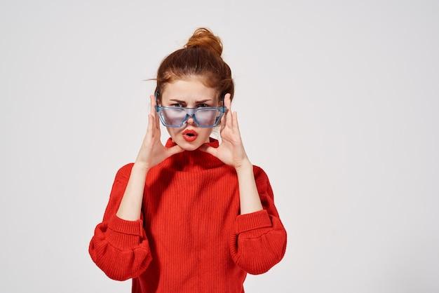 아름 다운 여자 유행 파란색 안경 밝은 배경 포즈