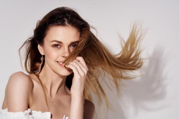 美しい女性のファッショナブルな髪型孤立した背景