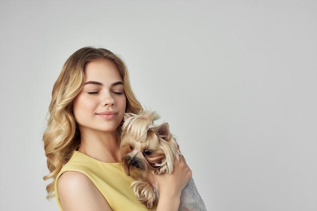 美しい女性のファッショナブルな髪型明るい背景スタジオ